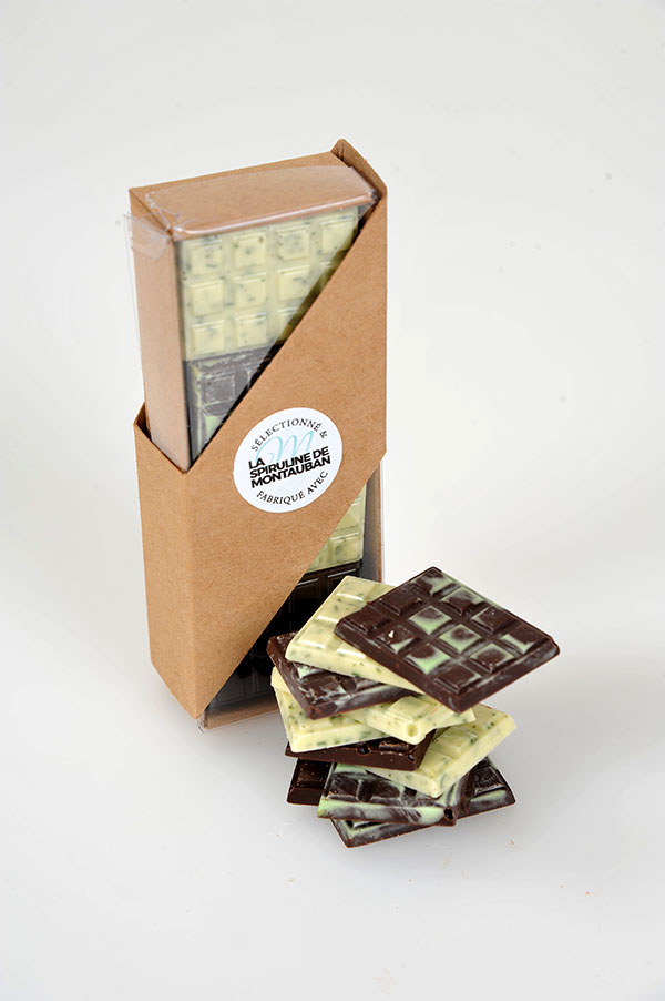 Mélange de 20 mini tablettes de chocolat blanc et noir avec 10% de spiruline de Montauban